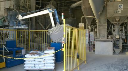 ベントナイトゼオライトを販売するカサネン工業の島根工場内